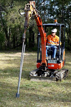 掘削機によるアンカー打ち込み