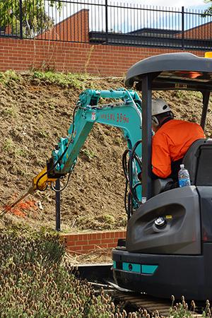 掘削機によるアンカー打設